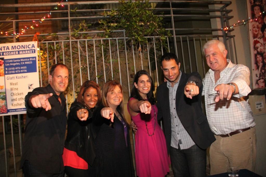 יפית (במרכז) עם אורחים ובני משפחה בהצגה החגיגית בפלייהאוס סנטה מוניקה