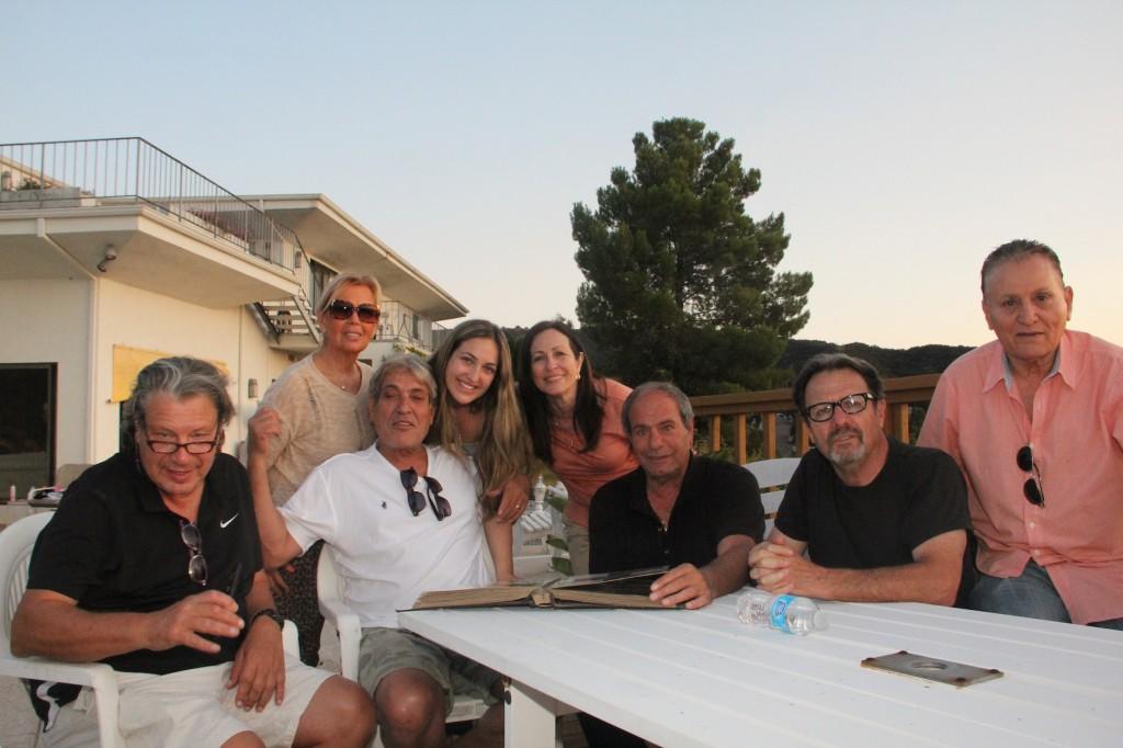מימין: גיגי אורי, מיכה קינן, אברהם ארביב, רונית, דניאל ושלמה סיסו, רבקה אורי , רוני אקרמן