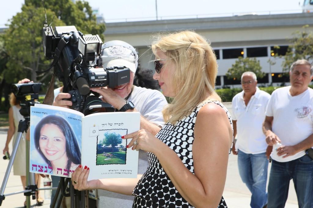 """כתבת ערוץ 9 kcal כריסטינה לזר מעיינת לעיני המצלמות בספר לזיכרה של ויקי ז""""ל"""