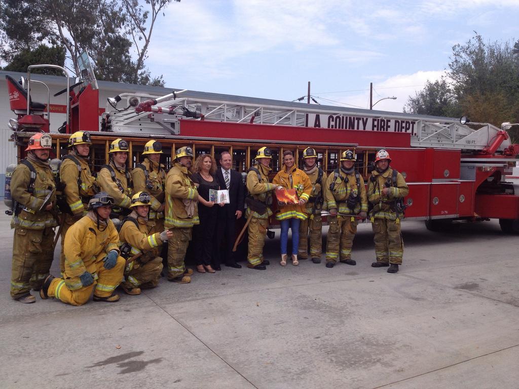 האורחות מהארץ עם צוות כיבוי אש קליפורני בדרך לטקס הזיכרון בפרסקוט, אריזונה