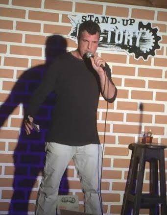 ליעמי לורנס עושה סטנד אם בתל אביב. החיים קשים אז צוחקים