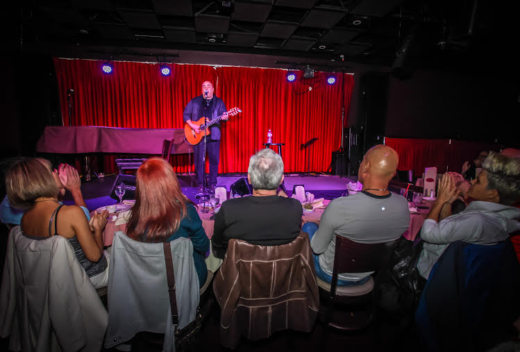 מופע השבוע בהוליווד: דני והגיטרה, אינטימיות בעברית
